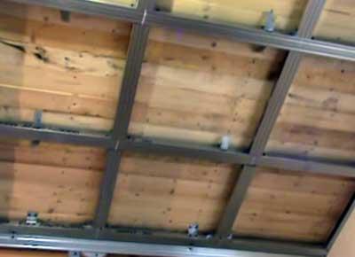 монтаж гипсокартонного потолкана кухне деревянного дома
