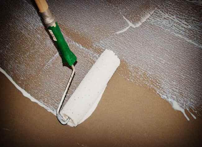 Нанесение грунта на бетонный пол