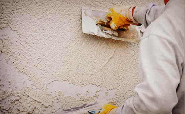 Нанесение короеда на стену с помощью кельмы