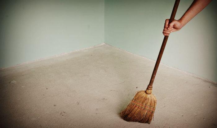 Очистка от мусора поверхность бетонного пола